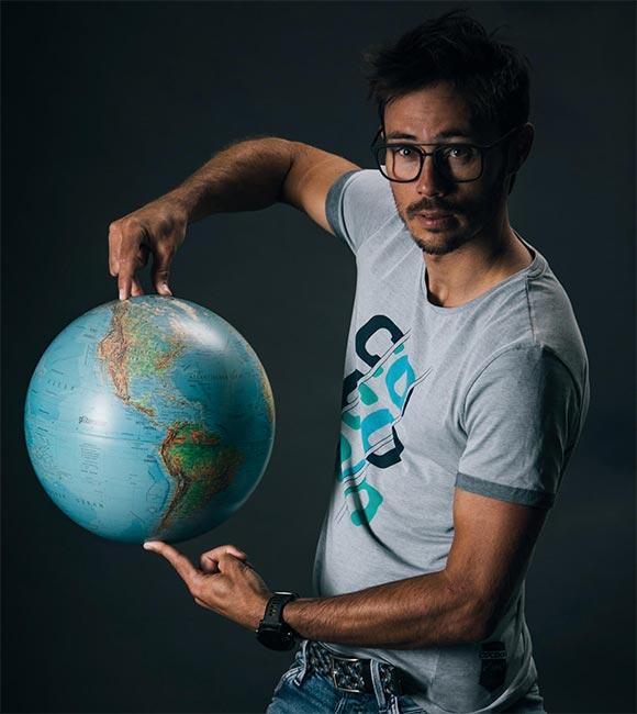 Michael Strasser mit Globus
